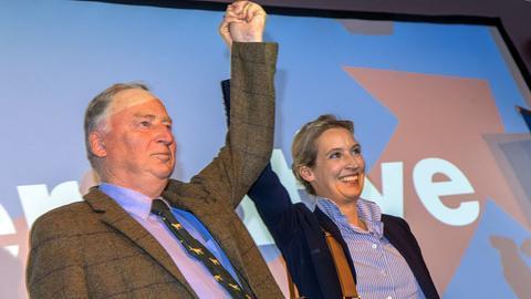 Alexander Gauland und Alice Weidel jubeln auf der Wahlparty der AfD in Berlin.