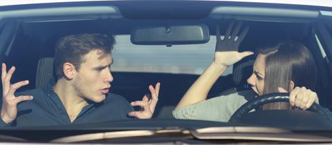 Fahrerin und Beifahrer streiten sich im Auto