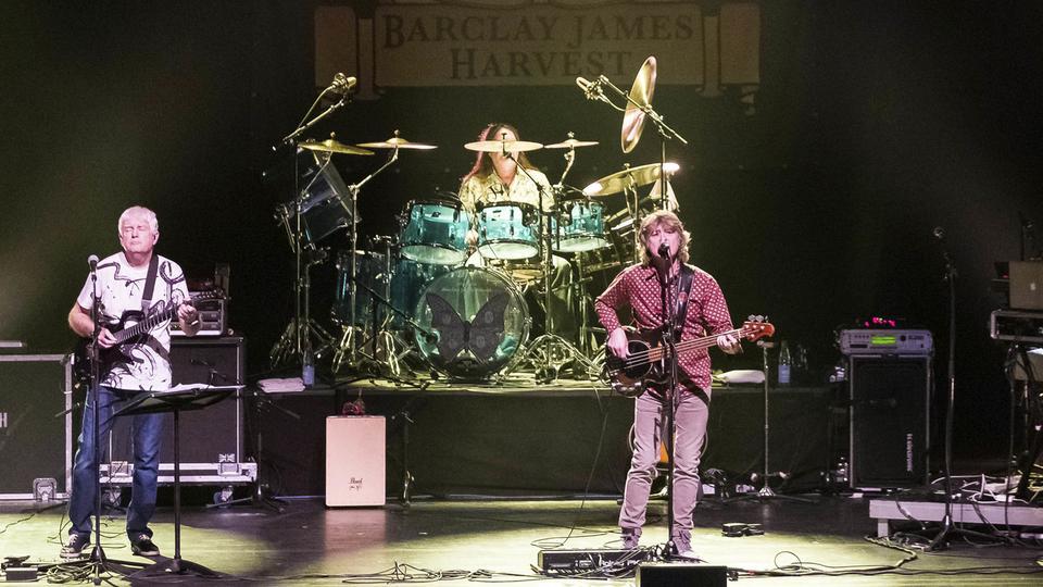 John Lees, Kevin Whitehead, Craig Fletcher und Jez Smith von John Lees' Barclay James Harvest bei einem Konzert in Hannover 2018.