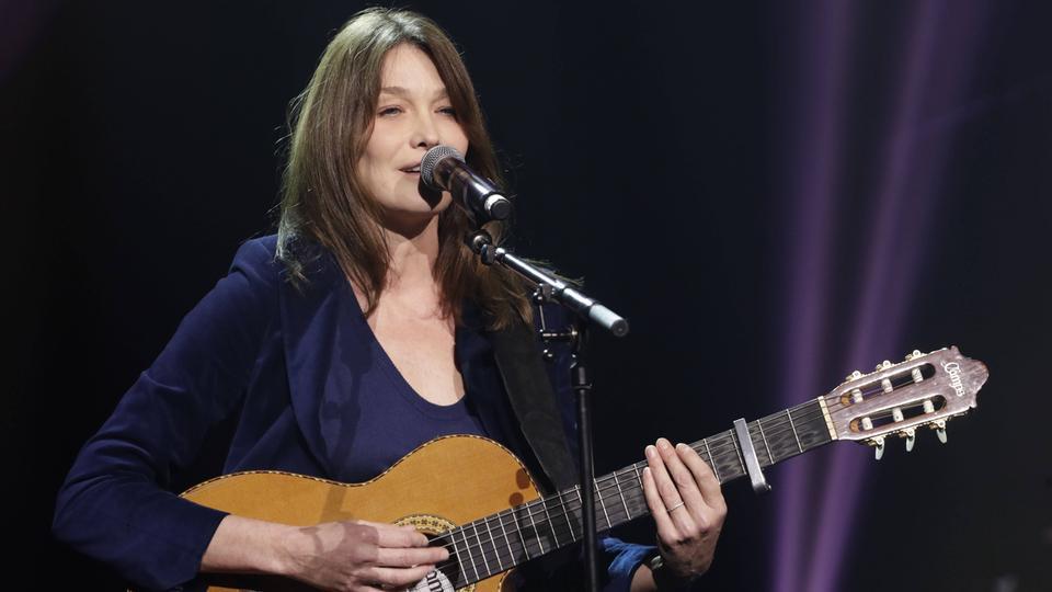 Carla Bruni mit Gitarre