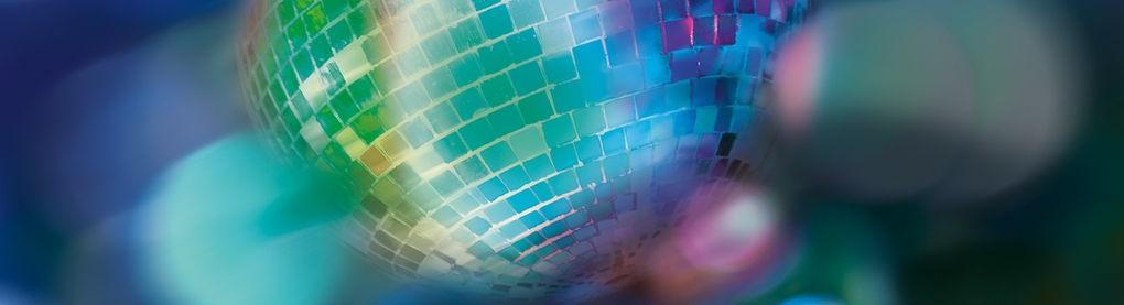 Diskokugel Nahaufnahme mit blau, grün, rotem Lichtschimmern