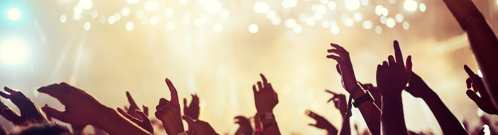 Stimmungsvolle Konzertsituation mit Publikum und Bühne