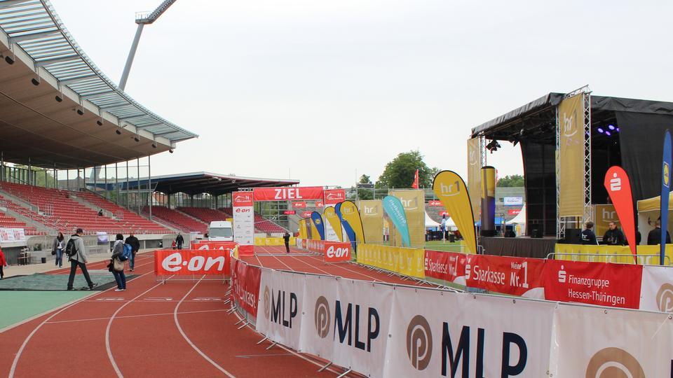 Der Zieleinlauf im noch leeren Aue-Stadion in Kassel