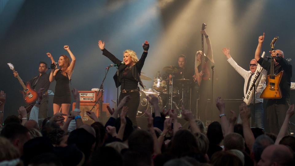 Kim Wilde und ihre Band auf der Bühne