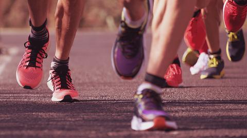 Nahaufnahme der Füße von joggenden Menschen