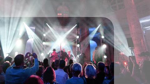 Badn auf der Bühne der hr1-Livelounge in stimmungsvoller Atmosphäre