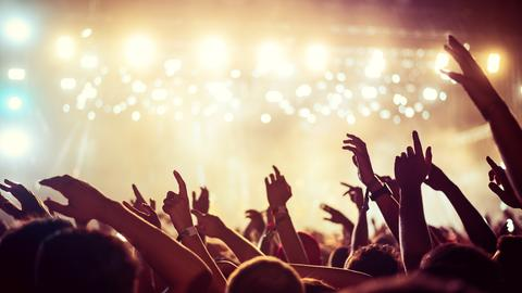 Stimmungsvolle Konezrtsituiation mit Publikum und Bühne