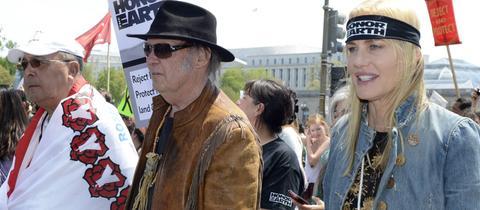 Neil Young und Daryl Hannah auf einer Demo in Jahr 2014.