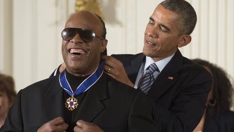 Stevie Wonder, wird von Barack Obama geehrt