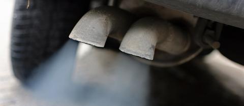 Abgase strömen aus dem Auspuff eines Autos mit Dieselmotor