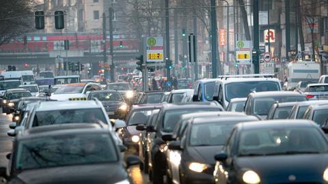 Autos stehen im Berufsverkehr.