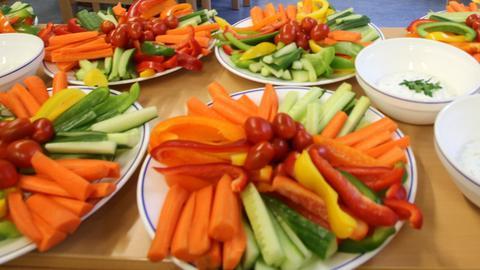 Gemüse auf mehreren Tellern angerichtet