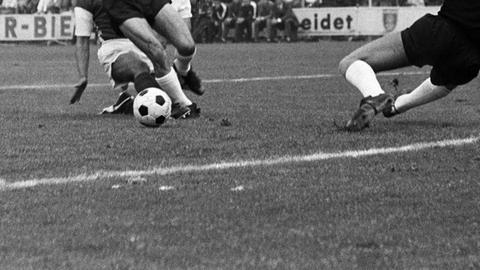 Nahaufnahme von Beinen und einem Fußball in den 60ern