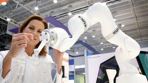 Roboterarm zum Positionieren von Interventionsnadeln