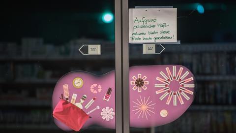 Ein Hinweisschild zur vorübergehenden Schließung des Drogeriemarktes klebt an einer Eingangstür.