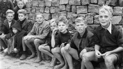 Kinder in einer zerbombten Stadt 1945