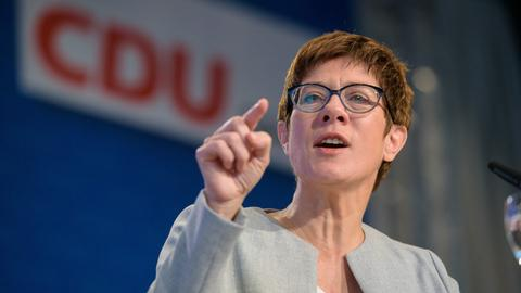 Annegret Kramp-Karrenbauer vor einem CDU-Logo
