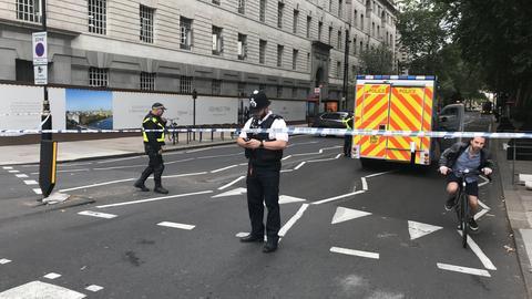 Auto fährt in Absperrung vor Londoner Parlament