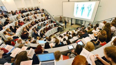 Hörsaal mit Medizinstudenten bei einer Vorlesung