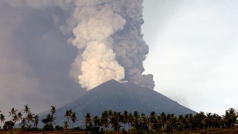 Eine riesige Rauchsäule steigt aus dem Vulkan Agung auf