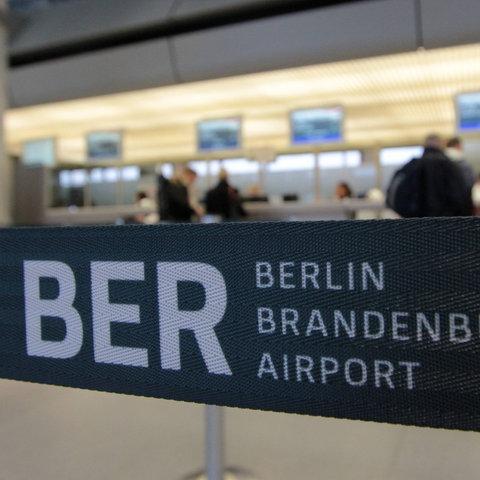 Schriftzug des Berliner Flughafens BER