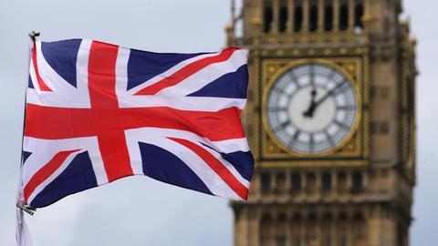 Big Ben mit britischer Flagge