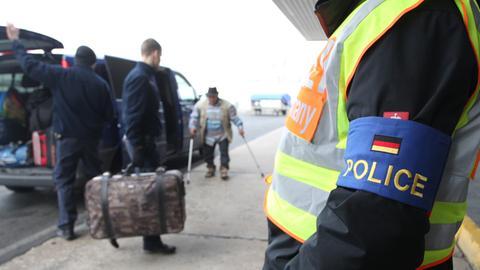Polizisten begleiten abgelehnten Asylbwerber (Archivbild).