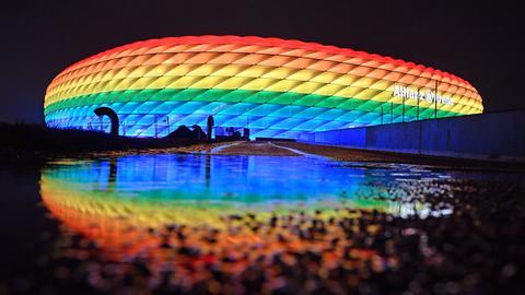 Die Allianz Arena leuchtet in den Regenbogenfarben als Zeichen fuer Toleranz und gegen Diskriminierung.