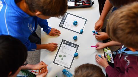 Schüler an einem Tisch im Klassenzimmer