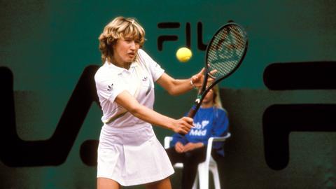 Steffi Graf beim Tennisspielen 1987