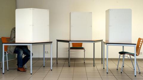 Wahlkabinen in einem Wahllokal