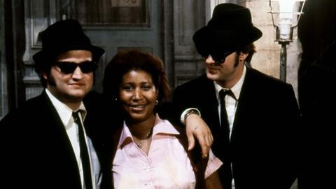 "Jim Belushi, Aretha Franklin und Dan Akroyd in einer Szene des Films ""Blues Brothers"" (1980)"