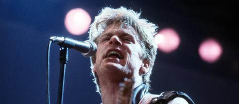 Bryan Adams bei einem Konzert 1986