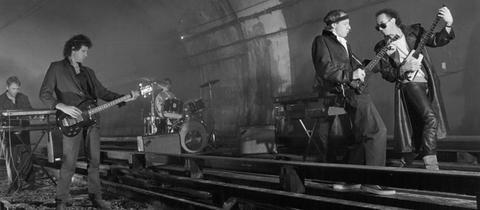 Die Dire Straits bei einer Foto-Session in einer U-Bahn-Station