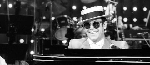 Elton John 1983 bei einem Konzert