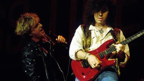Glass Tiger 1989 bei einem Konzert