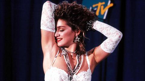 Madonna im weißen Brautkleid bei den MTV Music Awards 1984