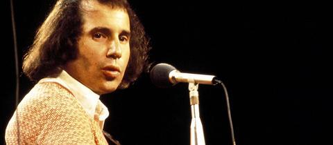Paul Simon 1983 bei einem Konzert