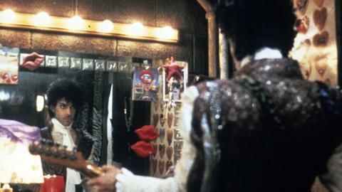 """Szene aus """"Purple Rain"""", in der Prince vor einem Garderobenspiegel steht"""