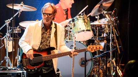 """Richard Page 2015 bei einem Konzert mit Ringo Starrs """"All Starrs Band"""""""