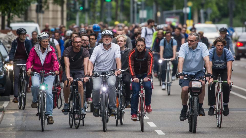 Ein Gruppe Radfahrer in Frankfurt