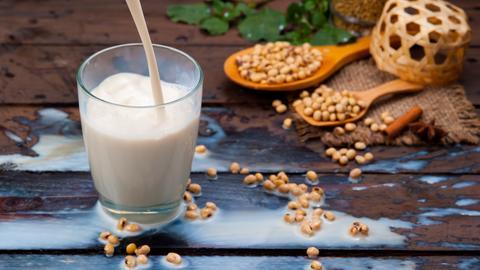 Soja-Drinks sind gar nicht so gesund. Viele Produkte enthalten Schadstoffe.
