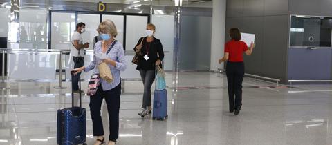 Reiserückkehrer am Flughafen.