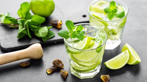 Cocktails und Utensilien auf einer Küchenplatte
