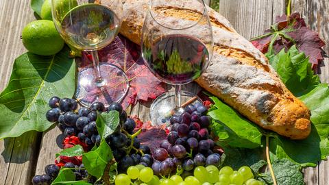 Weintrauben, Weingläser und Brot