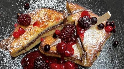 French Toast mit Waldbeerengrütze