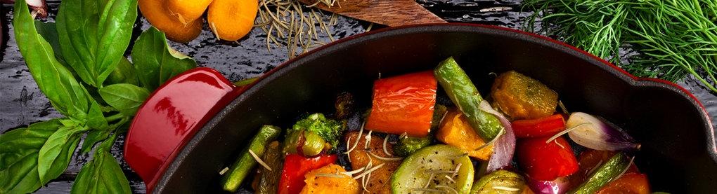 Bunte Gemüsepfanne mit frischen Kräutern