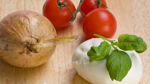 Tomaten, Zwiebel und Mozzarella