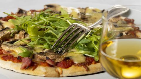 Pizza mit Grillgemüse und Rucola.