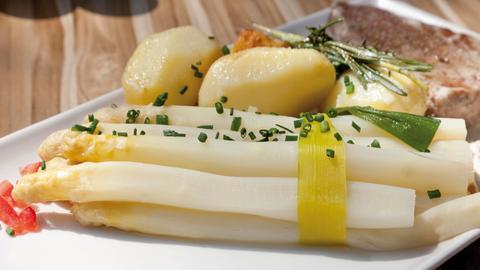 Spargel mit Kartoffeln und Thunfischsteak